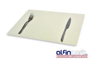 Set rectangulaire de table jetable en papier blanc pour professionnels de la restauration.