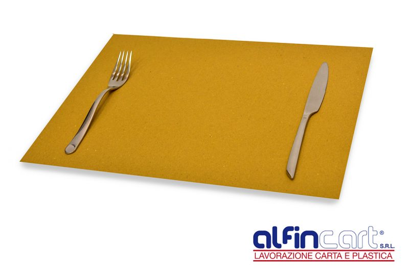 Set rectangulaire de table jetable en papier brun pour professionnels de la restauration.